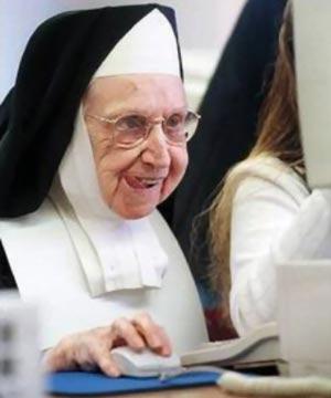 suora al computer